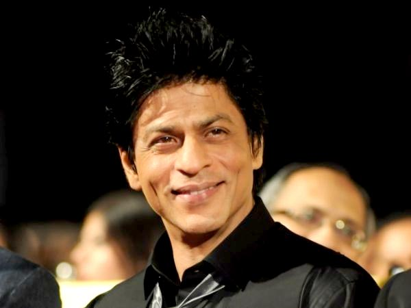 SRK's Kind Gesture towards a Fan is Winning Hearts