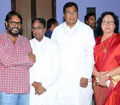 T Congress Leaders Watch Rudramadevi Photos