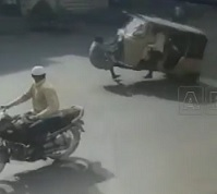 Horrible Accident Caught on Camera | Overloaded Auto Killed Old Man in Hyderabad