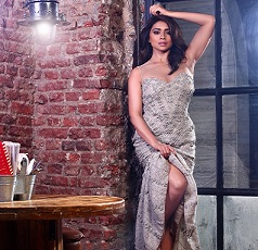 Hot Pic: Shriya Lifts Her Gown
