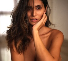 Hot Pic: Bruna Goes Topless