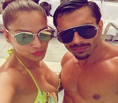 Selfie: Hottest Couple in Swimwear