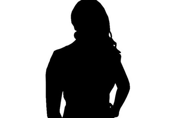 Hot Actress gives shock to NRI with her Act