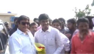 Balayya Shows 2.O Avatar To Fans At Airport