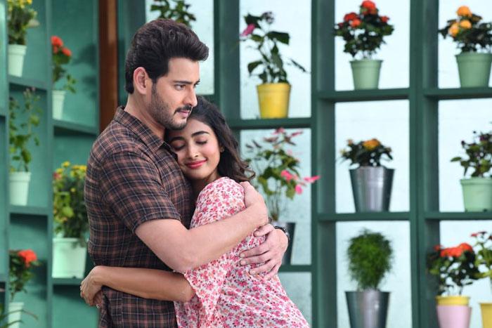 Mahesh Hugs Pooja,Maharshi Caught In Romantic Mood
