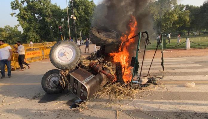 Punjab Youth Congress set tractors ablaze at India gate