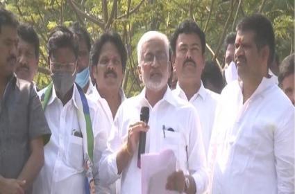 CPM activists chanted slogans against Vijaysaireddy in Vizag