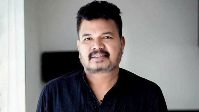 శంకర్ నూ వెయిటింగ్ లో పెట్టిన 'ఆర్ఆర్ఆర్'